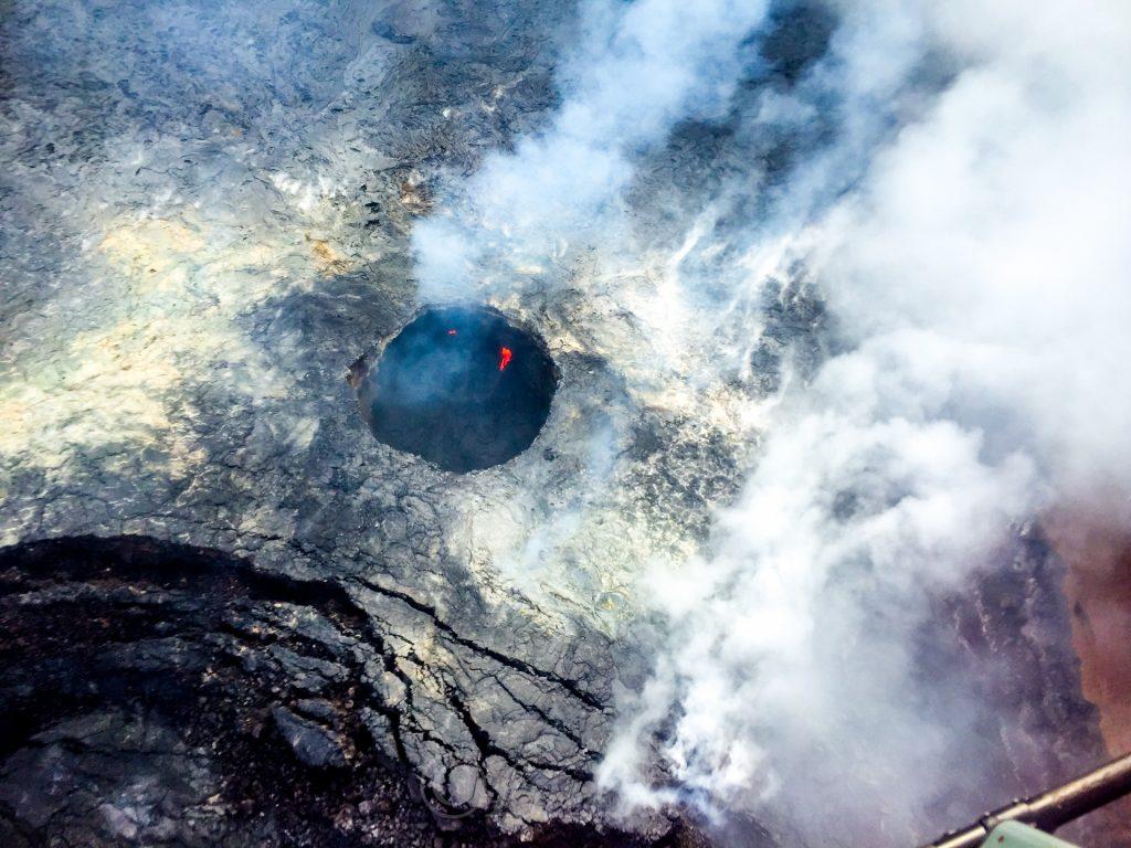 Voo de Helicóptero Sobre o Vulcão Kilauea no Havaí